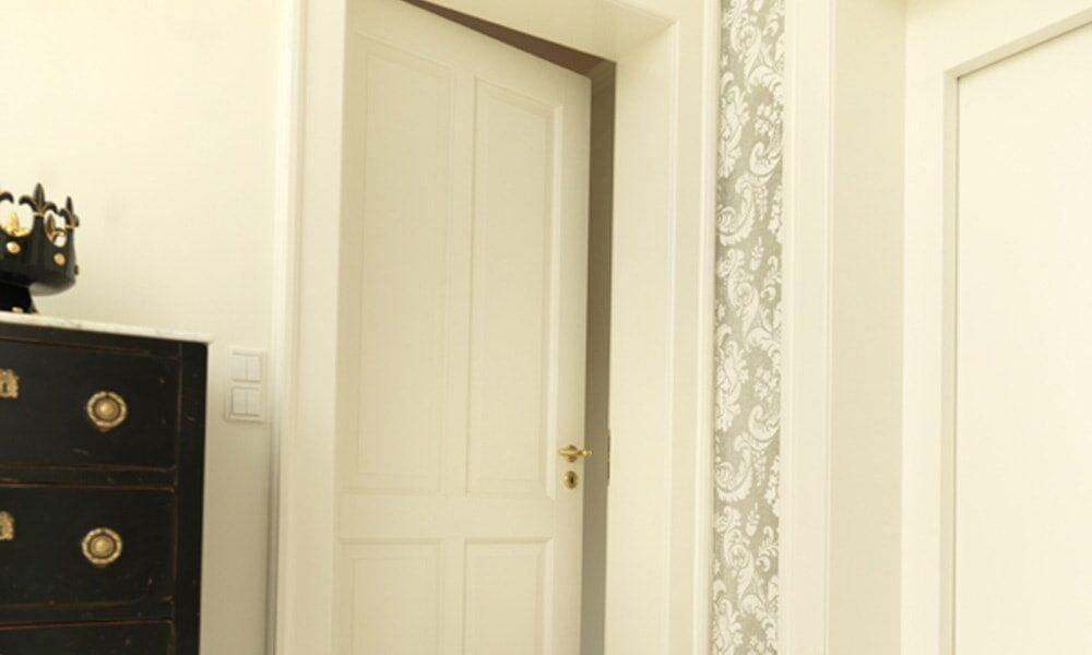 Tür weiß mit Musterung