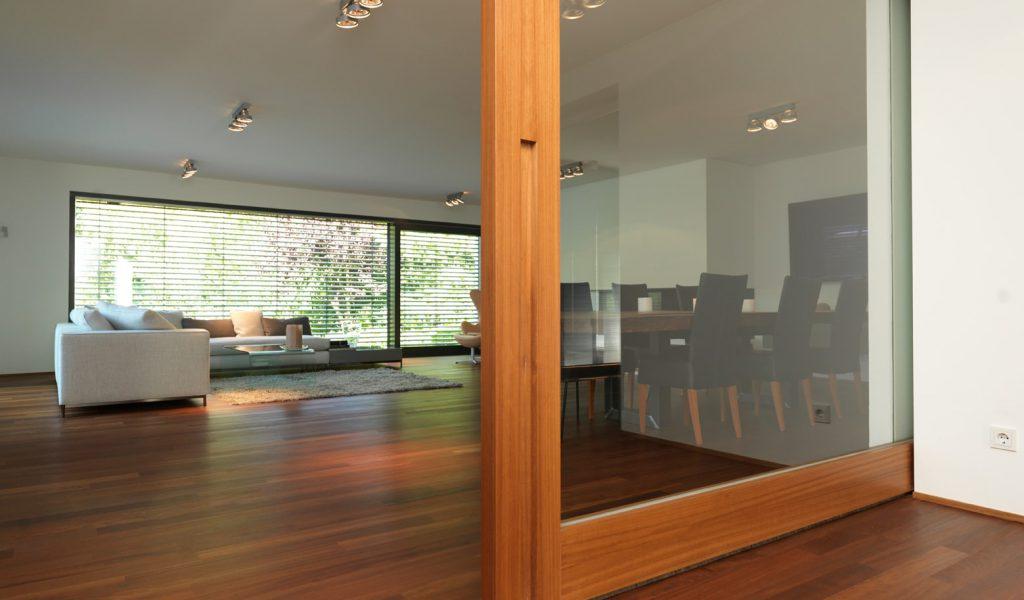 Tür Glas trifft Holz Schiebe-Element